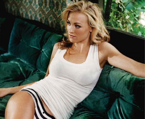 yvonne-strahovski-in-tank-top-with-stripes-underwear-photo-u1
