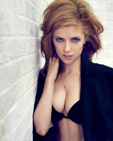 600_anna-kendrick-with-cleavage-2709