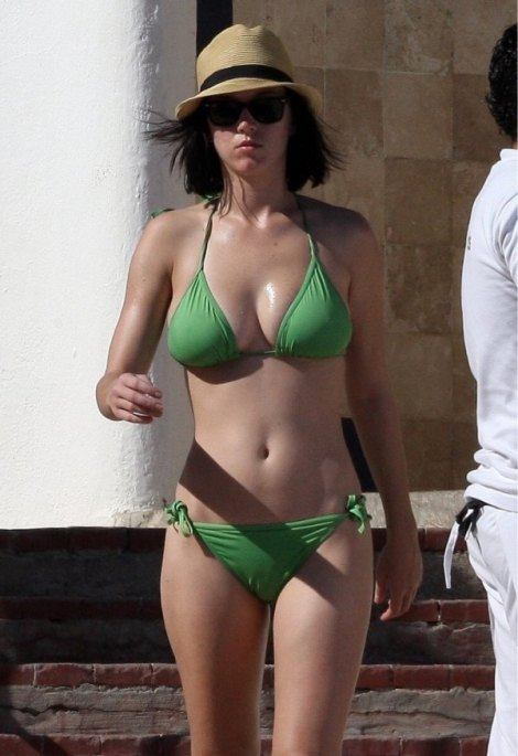 600_katy-perry-bikini-32211